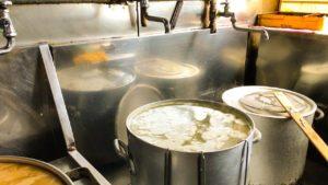 園食堂 スープ仕込み